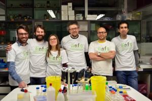 Il gruppo di lavoro del dott. Andrea Rasola con le magliette di LINFA Onlus. Da sinistra: Claudio Laquatra; Francesco Ciscato; Ionica Masgras, Andrea Rasola, Giuseppe Cannino, Carlos Sanchez Martin.