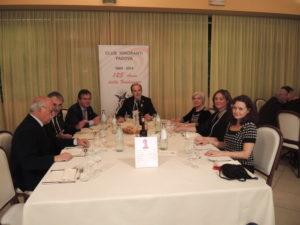 La dott.ssa Chiara (a destra) al tavolo del direttivo del Club (il presidente Terrin a capotavola)